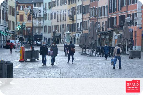 Place Saint Léger dans le centre-ville de Chambéry : les habitants portent le masque pour les déplacements Crédit : Gilles Garofolin