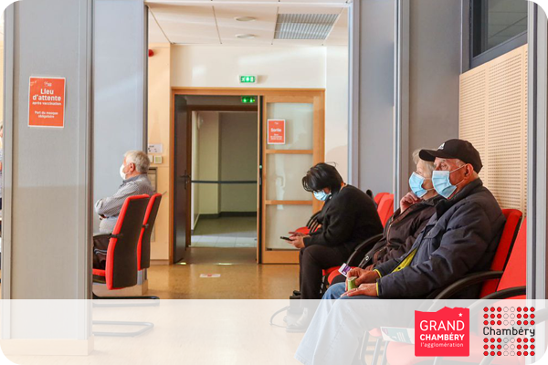 Salle d'attente du centre de vaccination mobile de Grand Chambéry.