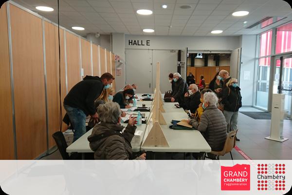 Accueil des usagers au méga centre de vaccination à Savoie Expo